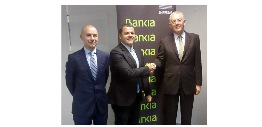 Pie de foto: Daniel Moré, director del centro de empresas de Bankia en Catalunya, Jordi Costa Argelaguet, presidente de Anceco,  y Manuel López Arranz, director de negocio de empresas de Catalunya y Aragón durante la firma del acuerdo.